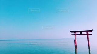 琵琶湖に立つ鳥居の写真・画像素材[2392916]