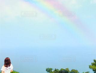 空と虹と後ろ姿の女子のコラボの写真・画像素材[2513486]