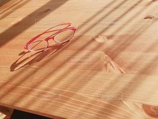 光を浴びたメガネの写真・画像素材[2756093]