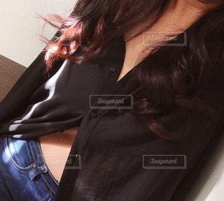 女性,モデル,ファッション,黒,人物,人,シャツ,ロングヘアー,ポーズ,コーディネート,コーデ,お気に入り,ブラック,黒シャツ,黒コーデ,ロングブラウス