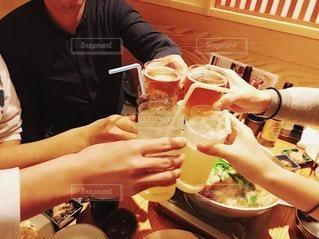 食べ物,飲み物,食事,ファミリー,屋内,ジュース,手,楽しい,人物,人,イベント,グラス,料理,乾杯,ドリンク,パーティー,仲間,忘年会,手元,酎ハイ,もつ鍋,お鍋