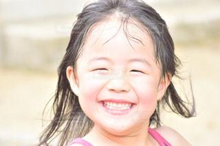 カメラに向かって笑みを浮かべて少女 - No.843711