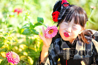 花の前に立っている女の子 - No.917266