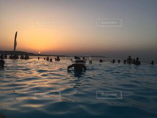 水の体に沈む夕日の写真・画像素材[727130]