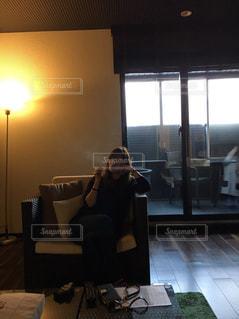 リビング ルームの家具と大きな窓いっぱいの写真・画像素材[729563]