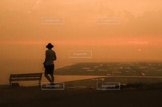 日没の前に立っている男 - No.854216