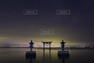いくつかの水に沈む夕日の写真・画像素材[854251]