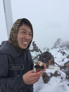 雪の中で、selfie を取る女性 - No.857962