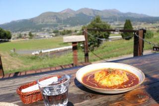 ピクニック用のテーブルの上に食べ物のプレート - No.867374