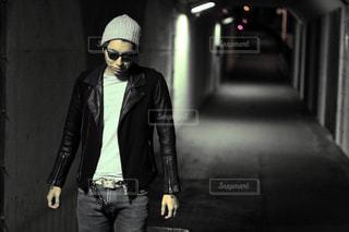 歩道に立っている人の写真・画像素材[867398]