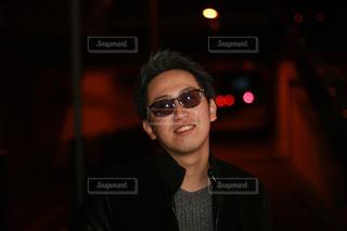 カメラにポーズのサングラス男の写真・画像素材[887978]