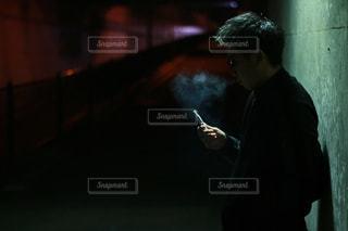 暗い部屋に立っている男 - No.888043