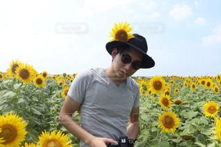 黄色い花の男の像の写真・画像素材[888277]