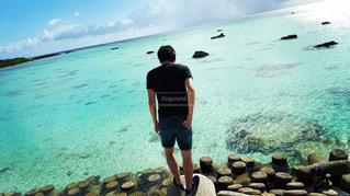 水の体の横に立っている人 - No.896970