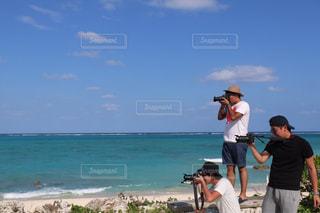海の横にある砂浜のビーチの上に立っている人の写真・画像素材[915776]