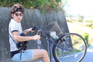 自転車の後ろに乗って男の写真・画像素材[915790]