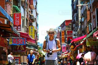 街の通りを歩いている人のグループの写真・画像素材[915799]