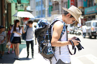 忙しい街の通りを歩く女性の写真・画像素材[915806]