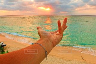 水の体の横に立っている人の写真・画像素材[915817]