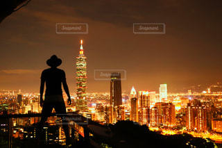 夕暮れ時のライトアップ都市の写真・画像素材[925496]
