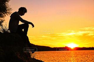 水の体の上に日没の前に立っての写真・画像素材[956285]