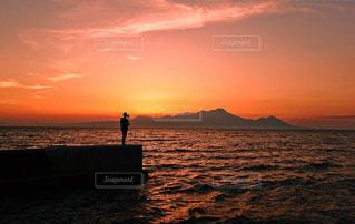 水の体に沈む夕日の写真・画像素材[956289]