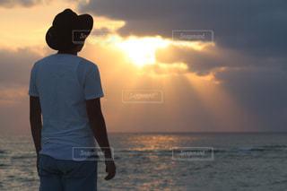 日没の前にビーチに立っている人 - No.958585