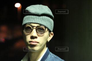 帽子と眼鏡を身に着けている男の写真・画像素材[1016061]