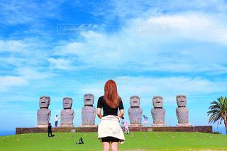 草の中に立っている人々 のグループの写真・画像素材[1100797]