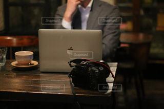 テーブルに着席した人の写真・画像素材[1529346]