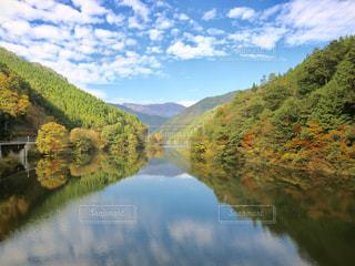 背景の山と水体の写真・画像素材[868934]