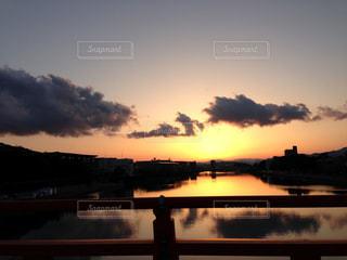 水の体の上を橋を渡る列車の写真・画像素材[965070]