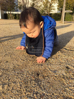 土の中に立っている小さな男の子の写真・画像素材[738352]