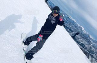 雪をスノーボードに乗る男覆われた斜面の写真・画像素材[1736153]