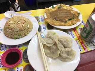 テーブルの上に食べ物のプレートの写真・画像素材[803696]