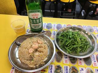 テーブルの上に食べ物のボウルの写真・画像素材[803702]