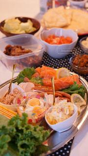 テーブルの上に食べ物の束の写真・画像素材[800379]