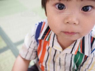小さな子供がカメラで笑っての写真・画像素材[911041]