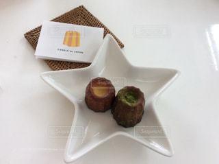 皿にチョコレート ドーナツの写真・画像素材[800099]