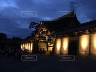 曇りの夜に大きな時計塔の写真・画像素材[800120]