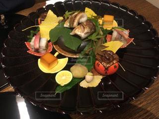 テーブルの上に食べ物のプレートの写真・画像素材[848616]