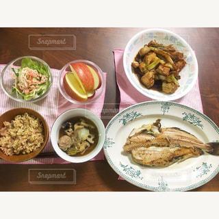 テーブルの上に食べ物の種類で満たされたボウルの写真・画像素材[846515]