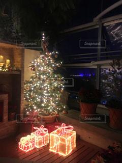 クリスマス ツリーとリビング ルームに座って暖炉の写真・画像素材[916811]