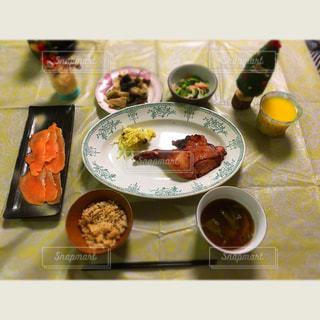 テーブルの上に食べ物のボウルの写真・画像素材[943632]