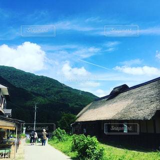 背景の山の家の写真・画像素材[1320768]