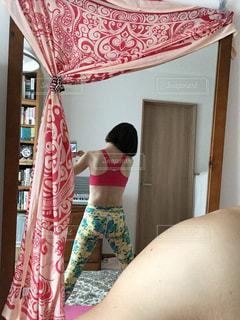 カメラにポーズ鏡の前に立っている人の写真・画像素材[1525702]