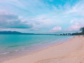 水の体の横にある砂浜のビーチの写真・画像素材[771869]