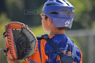 近くに野球のグローブを持つ少年のアップの写真・画像素材[1292479]