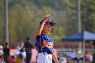 ボールを投げる野球のユニフォームの男の写真・画像素材[1292482]