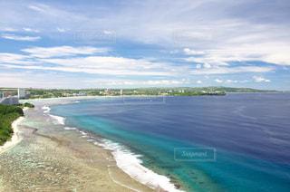 青い海と青い空の写真・画像素材[1095577]
